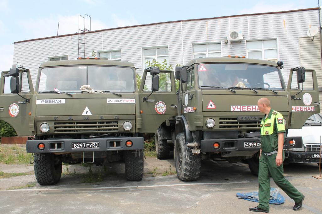 Военный автоинспектор проводит тех. осмотр военной техники